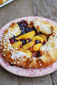 Les gourmandises d'Isa: TARTELETTES RUSTIQUES AUX PÊCHES ET AUX BLEUETS