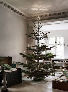Malin Persson's Holiday Décor Red And Gold Christmas Tree, Natural Christmas, Simple Christmas, Minimal Christmas, Nordic Christmas, Christmas Holidays, Hygge Christmas, Christmas Crafts, Scandinavian Holidays