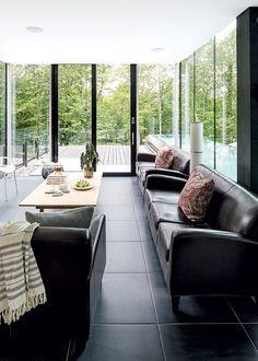 Une maison ouverte sur l'extérieur | Les idées de ma maison Vestibule, Style Californien, Outdoor Furniture Sets, Outdoor Decor, Salons, Patio, Home Decor, Cedar Deck, Freestanding Tub