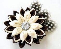 Una flor se hace en la técnica de tsumami kanzashi. Pinza de pelo de tipo. La flor se hace de cintas de grosgrain. Cristal de Swarovski. Diametro de la flor es ~ 2 1/2 pulgadas (7 cm).  En su petición se puede hacer una flores de una combinaciones de color diferentes.  Mis trabajos hechos a mano pueden ser un regalo único para usted, su familia y amigos!  Para más artículos, visite por favor mi tienda Inicio: http://www.etsy.com/shop/JuLVa