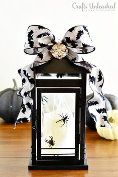 DIY halloween : DIY spooky glam halloween lantern : DIY halloween decor - love the bat ribbon! Halloween Mantel, Halloween Projects, Halloween Party Decor, Spirit Halloween, Holidays Halloween, Spooky Halloween, Happy Halloween, Diy Halloween Lanterns, Diy Halloween Room