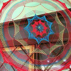 Filtro dos sonhos/Deramcatcher multi cor Interior Design Videos, Interior Design Living Room, Making Dream Catchers, Crochet Dreamcatcher, Pink Wall Art, Creation Deco, Pink Walls, Sun Catcher, Native Art