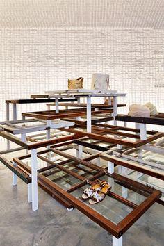 ディスプレイ什器の1つ。アンティークショップが点在するニューヨークのチェルシーで入手した窓枠を幾重にも重ねて什器にしている。エントランスの壁にも同じ仕様のパーツを垂直に設置(写真:ナカサアンドパートナーズ) pas de calais SOHO, New York Flagship Store/ケンプラッツ