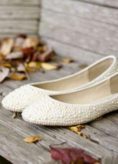 Süßes Ballerinas mit Perlen für alle Bräute, die keine Absatzschuhe mögen oder als Notfallplan um nach Mitternacht auf der Tanzfläche durchzuhalten ;-) Pearl Beaded Bridal Shoes | J.C. Winter | blog.theknot.com