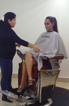 Lady barber capes her client for an ultra short summer cut. Thick Bangs, Waist Length Hair, Crop Hair, Going Bald, High Ponytails, Short Hair Cuts For Women, Perfect Man, Fall Hair, Barber Shop