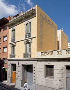 Façana Ballester 67 Garage Doors, Mansions, House Styles, Outdoor Decor, Home Decor, Decoration Home, Room Decor, Fancy Houses, Carriage Doors