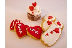 "Galletas y cupcakes decoradas ""Feliz día de San Valentín"" #sanvalentin #amor #love #diadelosenamorados #pasteleria #nutsanddelights #pasteleriacreativa #pasteleriavalencia #tartasdecoradas #tartaspersonalizadas"