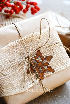 #Christmas gift #wrapping ideas DIY #crafts ToniK ⓦⓡⓐⓟ ⓘⓣ ⓤⓟ Natural burlap www.the-white-bench.blogspot.com/2012/12/creative-christmas-7-wrapping-green.html