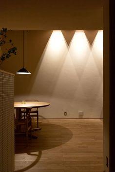ダイニング 間接照明: まんなみ設計室が手掛けたダイニングです。 Boho Beach Style, Dining Room, Dining Table, Through The Window, Lighting Design, Light Up, Sweet Home, Ceiling Lights, Architecture