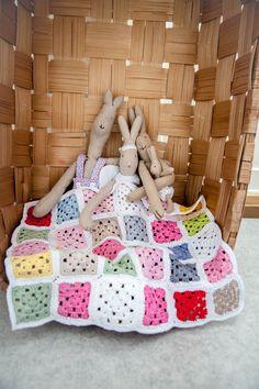 Virkattu nukenpeitto isoäidinneliöistä
