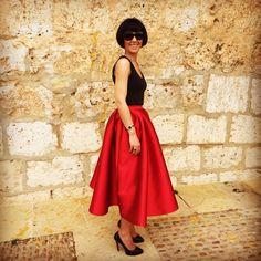 Maria Jose con falda midi roja de Dresseos - Alquiler de vestidos y accesorios - Dresseos