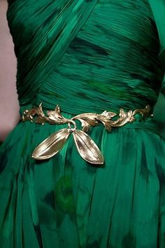 Giambattista Valli Fall 2012 Couture for Tyrell's - green and gold leaf belt Style Vert, Emerald Dresses, Slytherin Aesthetic, Green Gemstones, Giambattista Valli, Color Of The Year, Green Fashion, Pantone Color, Dusty Blue