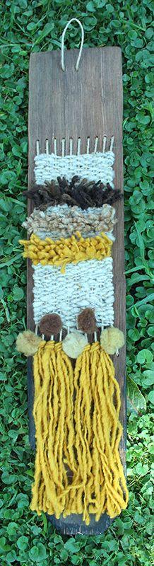 Mini telar con lana de oveja teñida naturalmente, en tejuelas de alerce recicladas Telar con lana de oveja en tejuelas recicladas. Medidas aproximadas 65 x 12 cms. $9.500.-