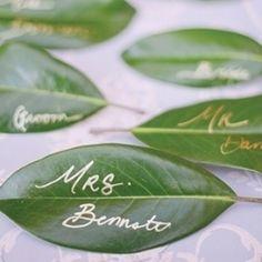 A la recherche d'idées pour vos escort cards? Vous préparez un mariage nature? Que pensez vous de cette idée simple et efficace.... utiliser des feuilles... tout simplement!