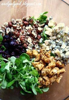 Sałatka z orzechami, grillowanym kurczakiem, żurawiną i serem gorgonzola
