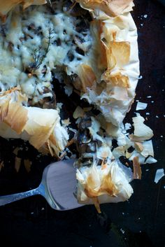 Mushroom Manchego Phyllo Galette ~ Deeply browned mushrooms and buttery manchego cheese sit pretty amidst a cloud of light and flaky phyllo making a perfect appetizer. Think Food, Love Food, Yummy Appetizers, Appetizer Recipes, Quiche, Yummy Food, Tasty, The Best, Stuffed Mushrooms