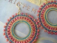 Seed Bead Hoop Earrings Aqua Berries por WorkofHeart en Etsy, $34.00