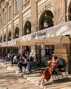This is the most well-known street in the city of Paris. Its tree-lined sidewalks sweep from the Place de la Concorde to the Arc de Triomphe. Places To Travel, Places To Visit, Paris Cafe, Paris Paris, Streets Of Paris, Paris Street, Reisen In Europa, Roadtrip, Travel Photography