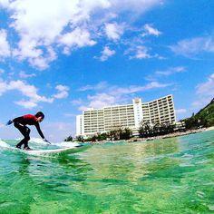 クラハでサーフレッスン この冬はこんなステキな日がちょくちょくありますねえ #沖縄 #サーフィン #恩納村 #サーフィンデビュー #レッスン #青空 #透明度がいい #リゾート #ホテル #テイクオフ #ライディング #okinawa #onnason #surfing #surflessons #bluesky #clearwater #instalike #resort #instagood #island #hotel