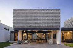 Image 14 of 29 from gallery of Un Patio / Arquitectos. Photograph by Eduardo Calvo Santisbon Beautiful Modern Homes, Modern Contemporary Homes, Modern Design, Modern Deck, Steel Beams, Facade House, Minimalist Interior, Outdoor Walls, Decoration