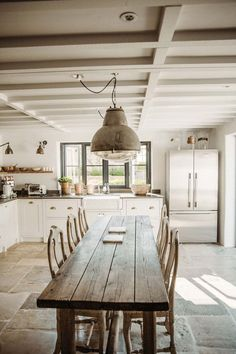 Cotswolds Gids door Willow Crossley House & Garden grey gardens house before and after Rustic Kitchen Design, Farmhouse Style Kitchen, Interior Design Kitchen, Country Kitchen, Modern Farmhouse, Farmhouse Interior, Kitchen Designs, Rustic Farm Table, Farmhouse Table