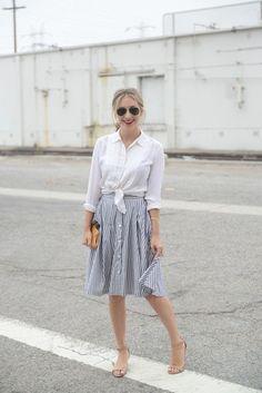 Aprenda a usar a saia com botões que é tendência para o verão