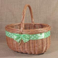 Wiklinowy koszyk z zieloną wstążką w białe kropki