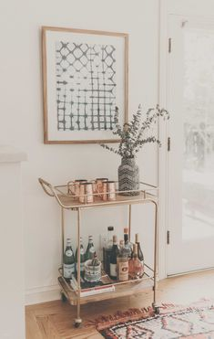 "Excellent ""bar cart decor inspiration"" info is readily available on our internet site. Read more and you wont be sorry you did. Living Pequeños, Living Room Decor, Decor Interior Design, Interior Decorating, Decorating Ideas, Interior Design Farmhouse, Modern Interior, Bar Cart Decor, Bar Cart Styling"