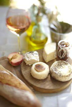 Pour apéro dinatoire, petit plateau de fromages, avec du vin, du bon pain et un petit confit maison.