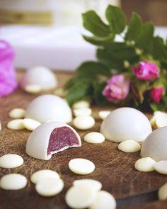 Praliny z białej czekolady - z ganaszem z owoców leśnych