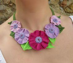 Colar, flores, crochê, fios de algodão, folhas, Country, Romântico.  A 100% algodão gola de crochê fios de 5 flores em 3D e folhas. Ele fecha com um botão de plástico.