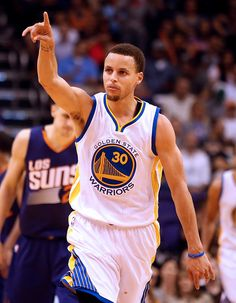 Description of . Golden State Warriors guard Stephen Curry celebrates after scoring against the Phoenix Suns in the fourth quarter during an NBA basketball game, Monday, March 9, 2015, in Phoenix. (AP Photo/Rick Scuteri)