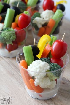 Easy Veggie Cups - Over the Big Moon These Easy Veggie Cups are ideal for when you are hosting a party. I love being able to prepare these head of time, so that I can socialize with my guests! Veggie Appetizers, Veggie Snacks, Appetizers For Kids, Finger Food Appetizers, Appetizers For Party, Appetizer Skewers, Birthday Appetizers, Individual Appetizers, Snacks Kids