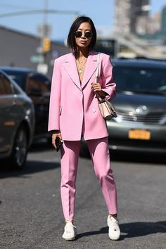 How to wear pink | how to wear a women's suit | trend spring summer 2018 | more on fashionchick.nl