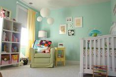 déco chambre bébé fille en vert pastel et lanternes
