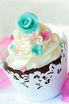 Cupcakes are the NEW wedding cake! Can't decide on a flavor or design? Check out the current Top 5 wedding cupcakes that not only brides but their guests are falling head over heels for! Pretty Cupcakes, Beautiful Cupcakes, Wedding Cakes With Cupcakes, Yummy Cupcakes, Cupcake Cookies, Cupcake Wedding, Birthday Cupcakes, Cupcake Vintage, Tolle Cupcakes