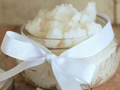 6 motivi per usare l'olio di cocco per una pelle perfetta L'olio di cocco è una di quelle sostanze che ha una azione plurivalente e i suoi benefici nel trattamento della pelle sono ormai ben noti. La sua composizione totalmente vegetale, e permette un uoso anche a chi ha fatto scelte di vita vegana o sostenibile. E' al 90% composto da grassi saturi ed è privo di colesterolo. Vediamo quali sono i diversi benefici se impiegato per la bellezza del vostro corpo ed utilizzato per diverse…