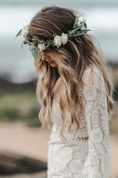 wedding hairstyle trends loose curls with white flower crown and greenery charli… Hochzeit Frisur Trends locker Locken mit weißer Blume Krone und viel Grün charlieralphphotography [. Boho Wedding Hair, Wedding Hair Down, Wedding Hair And Makeup, Bridal Hair, White Flower Crown, Flower Crown Wedding, Floral Crown, Flower Crowns, Simple Flower Crown