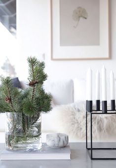 Christmas means lots of fun and some unique decor ideas for your home. Modern interiors demand minimalist yet contemporary Christmas decoration. And, it starts with the tree! You need not opt for a heavy Christmas tree infused with shiny baubles… Continue Christmas On A Budget, Noel Christmas, Simple Christmas, White Christmas, Beach Christmas, Christmas Tabletop, Christmas Christmas, Christmas Lights, Christmas Ornaments