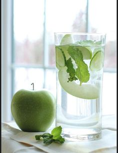 Detox - what we would all love to do but strive to do. Detox is the single most important thing to include in our routine as we age. A detox cleanses your body off the toxins that managed to steal a place in your body, keeping you healthier than before. Detox Kur, Cleanse Detox, Health Cleanse, What Is Detox Water, Apple Detox, Cucumber Detox Water, Digestive Detox, Mint Water, Detox Waters