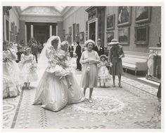 新婦付き添い役を務めた5歳児を抱く故ダイアナ元妃とエリザベス女王の写真(パトリック・リッチフィールド氏撮影、RRオークション提供・共同)