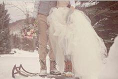 Bruidspaar op skies in de sneeuw!