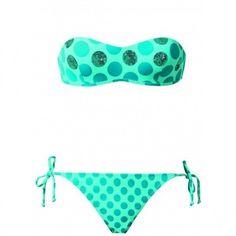Un costume adatto all'estate tra le sfumature del verde acqua e di un verde leggermente più scuro.  È come sempre a pois
