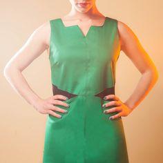 ROBE TIFIA : Une version très couture de la petite robe lycra : elle épouse parfaitement les mouvements et souligne de surpiqures la silhouette. A porter du matin au soir… ou du soir au matin !