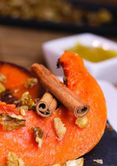Aroma de dovleac copt te duce și pe tine cu gândul la copilărie? Ei bine, te invit să încerci rețeta de dovleac copt cu miere și nucă, numai bună pentru o zi răcoroasă de toamnă. #retete #diete #slabit #dovleac Cantaloupe, Carrots, Keto, Vegan, Fruit, Vegetables, Food, Mai, Diets