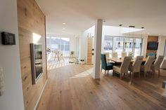 Offenes Wohnen. Moderner Essbereich mit Weinkühler in Wand eingebaut.