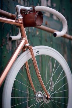 Great details on this fixie. And the copper colour is awesome! #bicycle