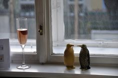Einzelgänger im Salon (von AnaMaria Heigl) Flute, Salons, Alcoholic Drinks, Champagne, Wine, Glass, Lounges, Drinkware, Corning Glass
