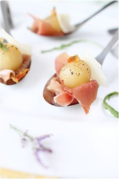 Poached pear balls with port, Aosta ham and crispy bacon - chefNini- Great Appetizers, Appetizer Recipes, Snack Recipes, Healthy Food Alternatives, Poached Pears, Lard, Xmas Food, Appetisers, Snacks
