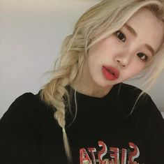 Netizens are in love with Momoland member JooE's new hair color